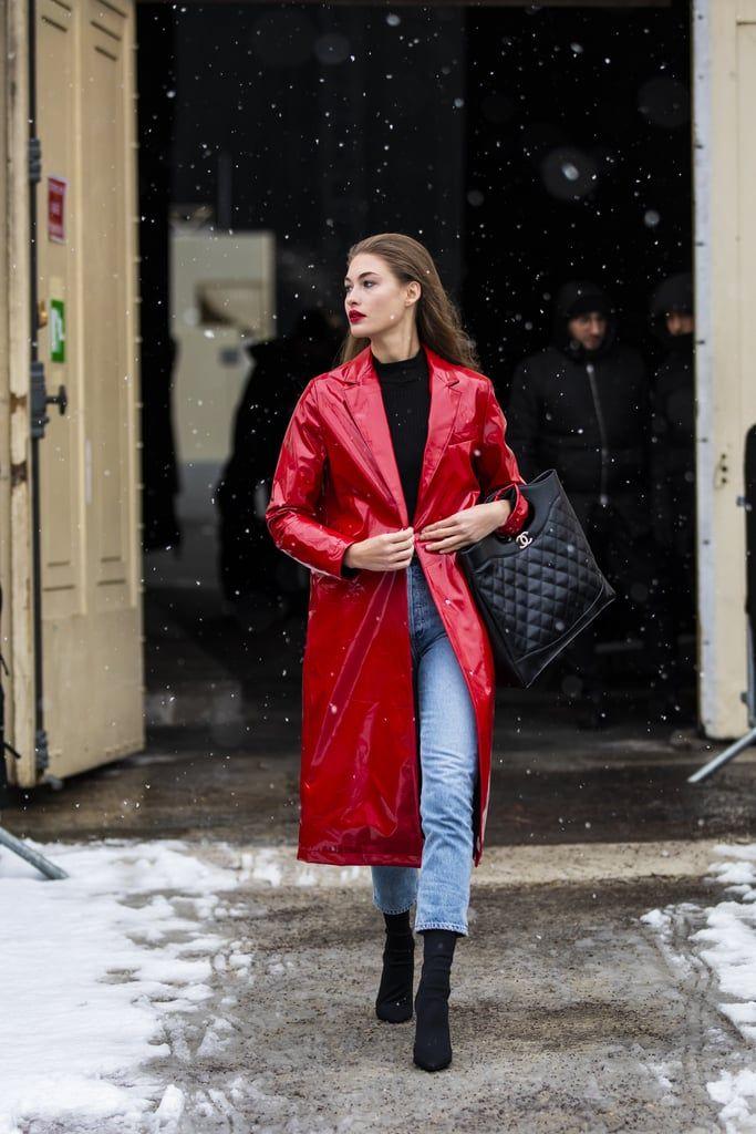 Musim Panas hingga Hujan, Andalkan Sweater Hitam untuk Tampil Trendi!