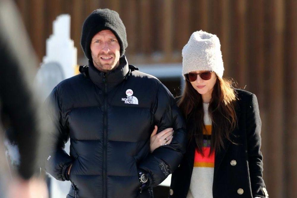 9 Fakta Unik Seputar Hubungan Cinta Dakota Johnson dan Chris Martin