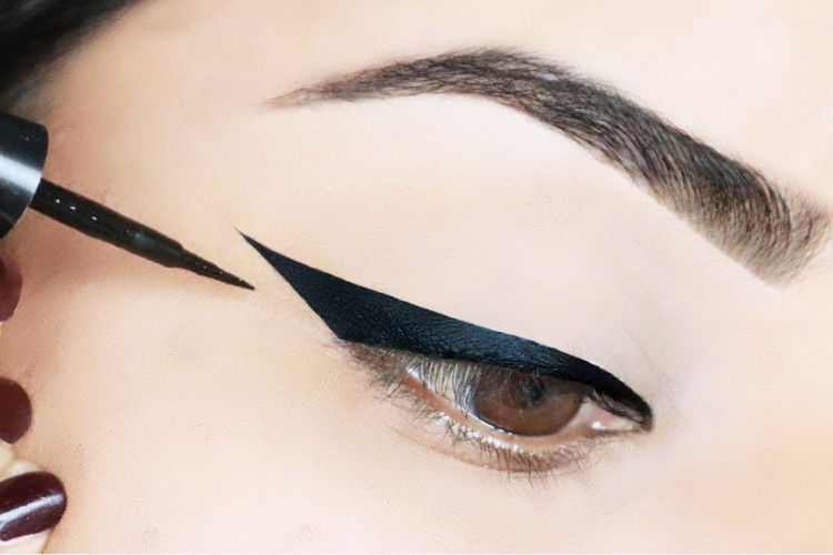 Biar On Point, Begini Cara Bikin Winged Eyeliner yang Sempurna