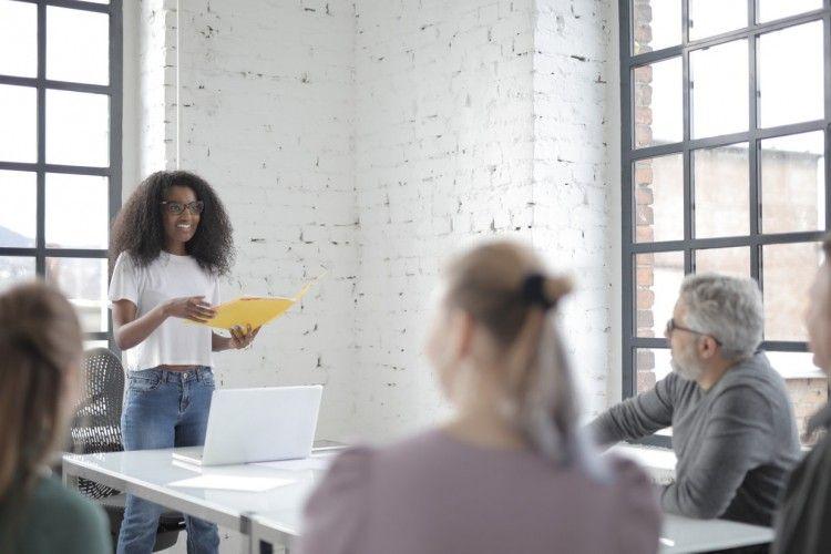 Pakar Komunikasi Ungkapkan 7 Cara Memberi Kesan Pertama yang Hebat