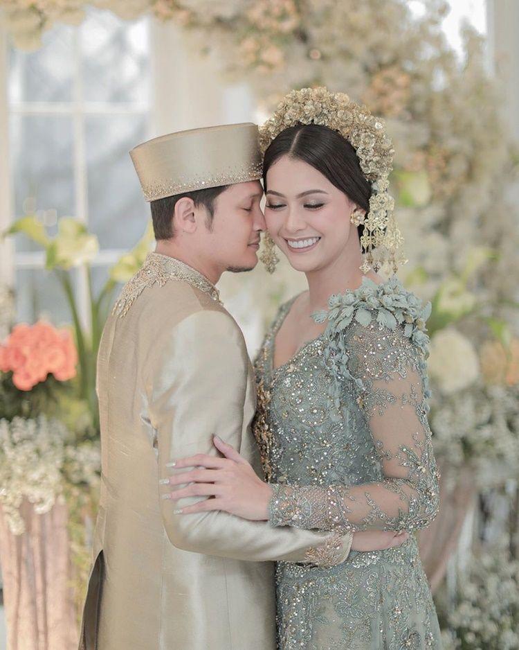 Penuh Bahagia, Ini 10 Foto Pernikahan Bunga Jelitha dan Syamsir Alam