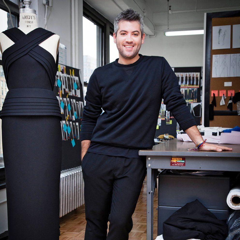 Lawan Corona, Desainer Dunia Ini Rancang Gaun & Masker untuk Tim Medis