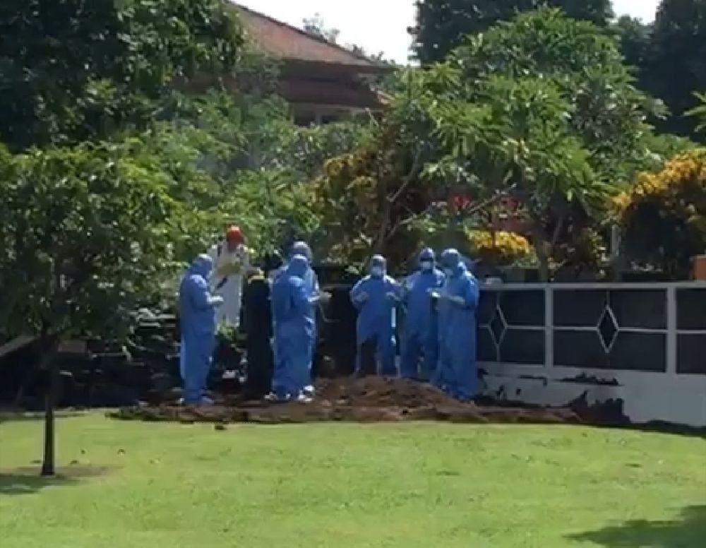 Penuh Haru, Pemakaman Guru Besar UGM Hanya Bisa Disaksikan dari Jauh