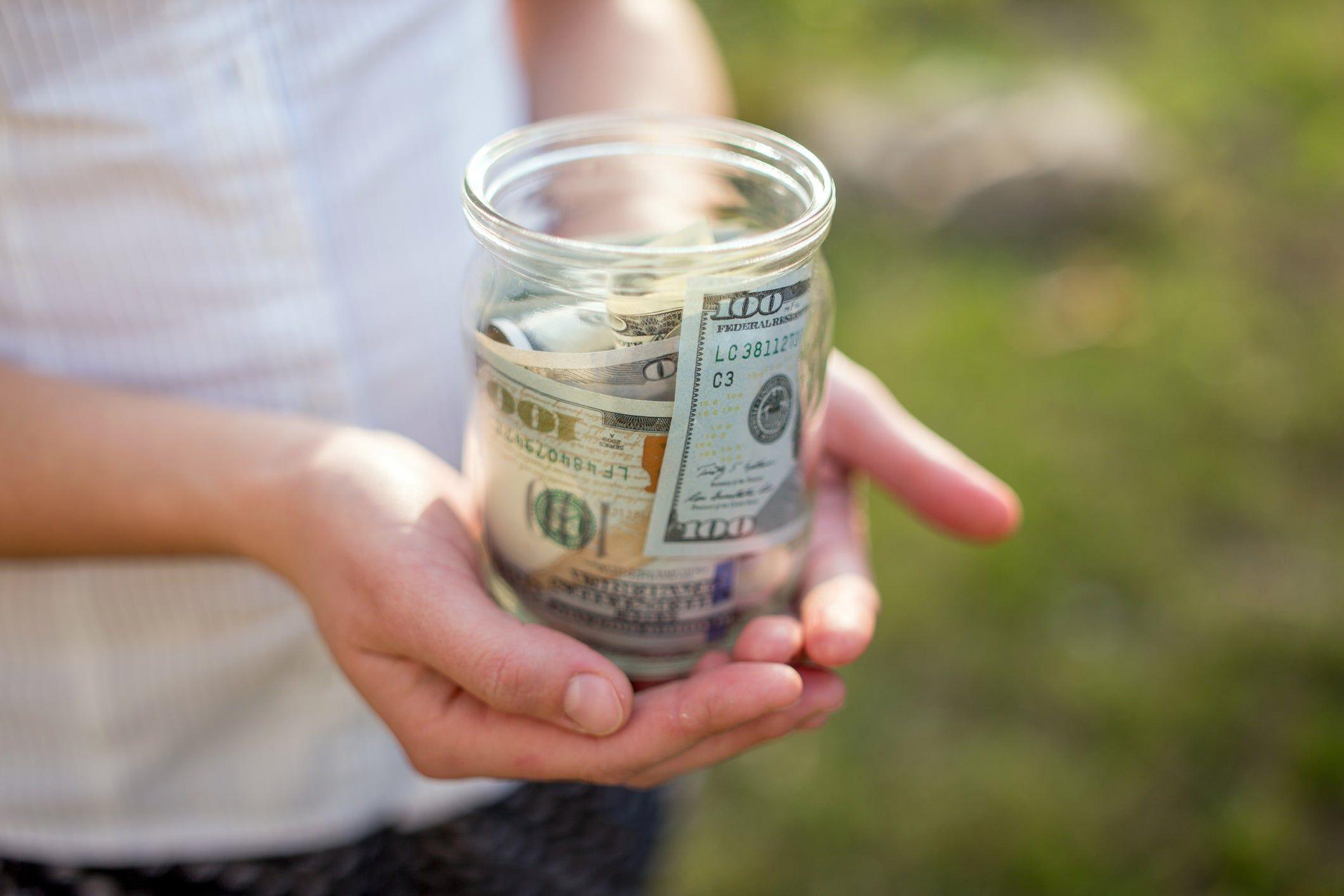 Menghadapi Resesi, Menabung atau Investasi? Pertimbangkan 5 Hal Ini