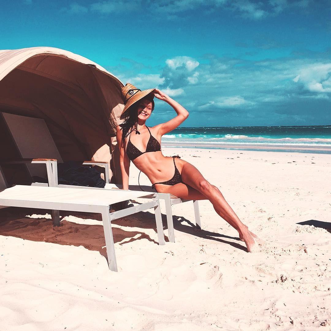 Pesona Seksi Bella Hadid saat Pakai Bikini