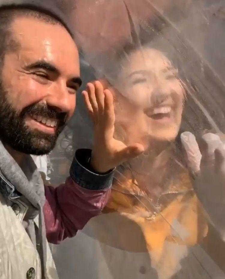 Viral, Pasangan Ini Punya Cara Unik Berkencan Saat Social Distancing