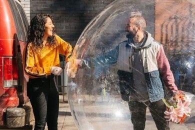 Viral, Pasangan Ini Pu Cara Unik Berkencan Saat Social Distancing