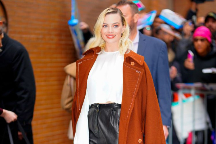 5 Tips Fashion dari Gaya Kasual Margot Robbie, Simple Tapi Keren!