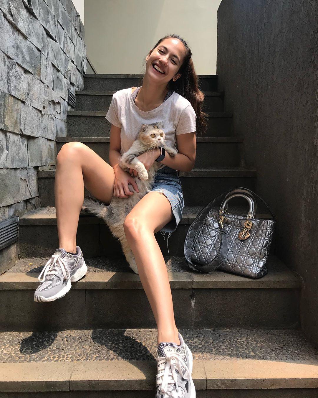 Gaya Asik Pakai Sneakers a la Pevita Pearce