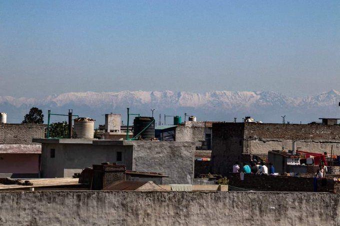 7 Foto Cantiknya Pegunungan Himalaya yang Terlihat Jelas dari India