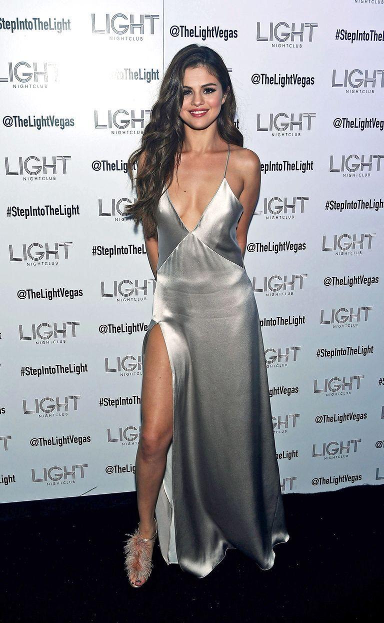 Pamer Lekuk Tubuh, Ini 7 Gaya Seksi Selena Gomez di Red Carpet