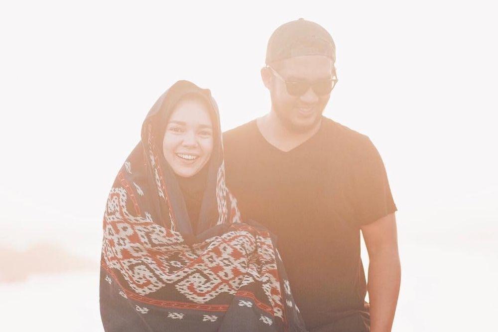 10 Potret Hangatnya Pernikahan Dewi Sandra & Agus Rahman
