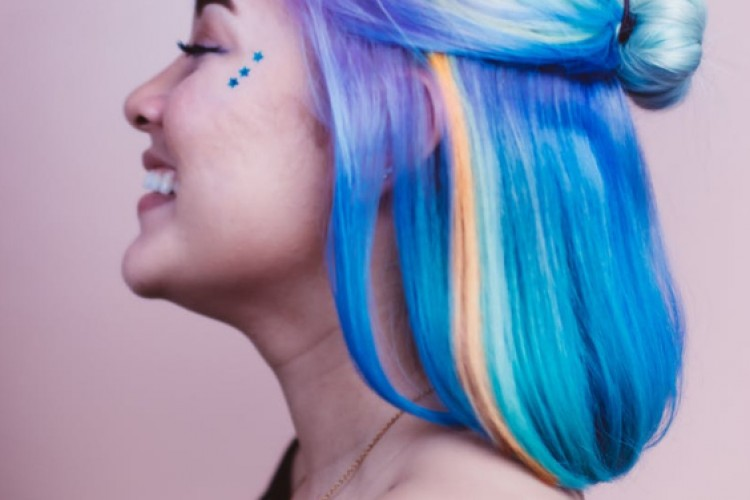 Mau Coba Warnai Rambut Selama #DiRumahAja? Simak Dulu Tipsnya!