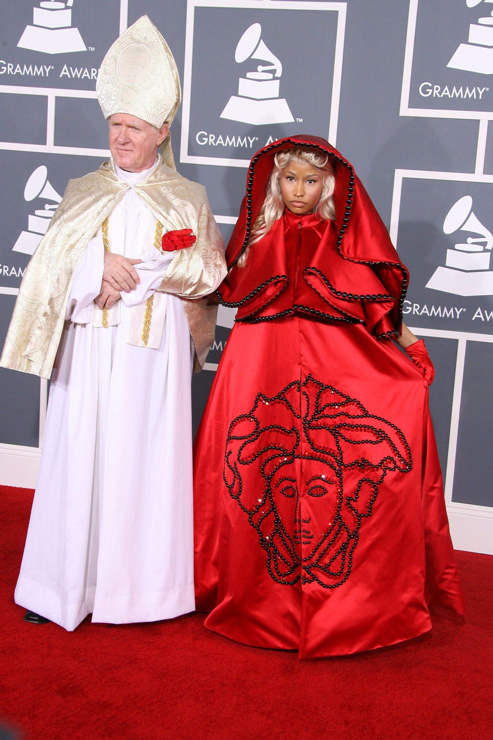 27 Busana Red Carpet Teraneh, dari Dress Telanjang hingga Mandi Bola