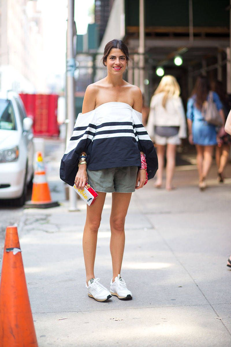 Kencan hingga ke Kantor, Ini Tips Mix & Match Pakai Sneakers Putih