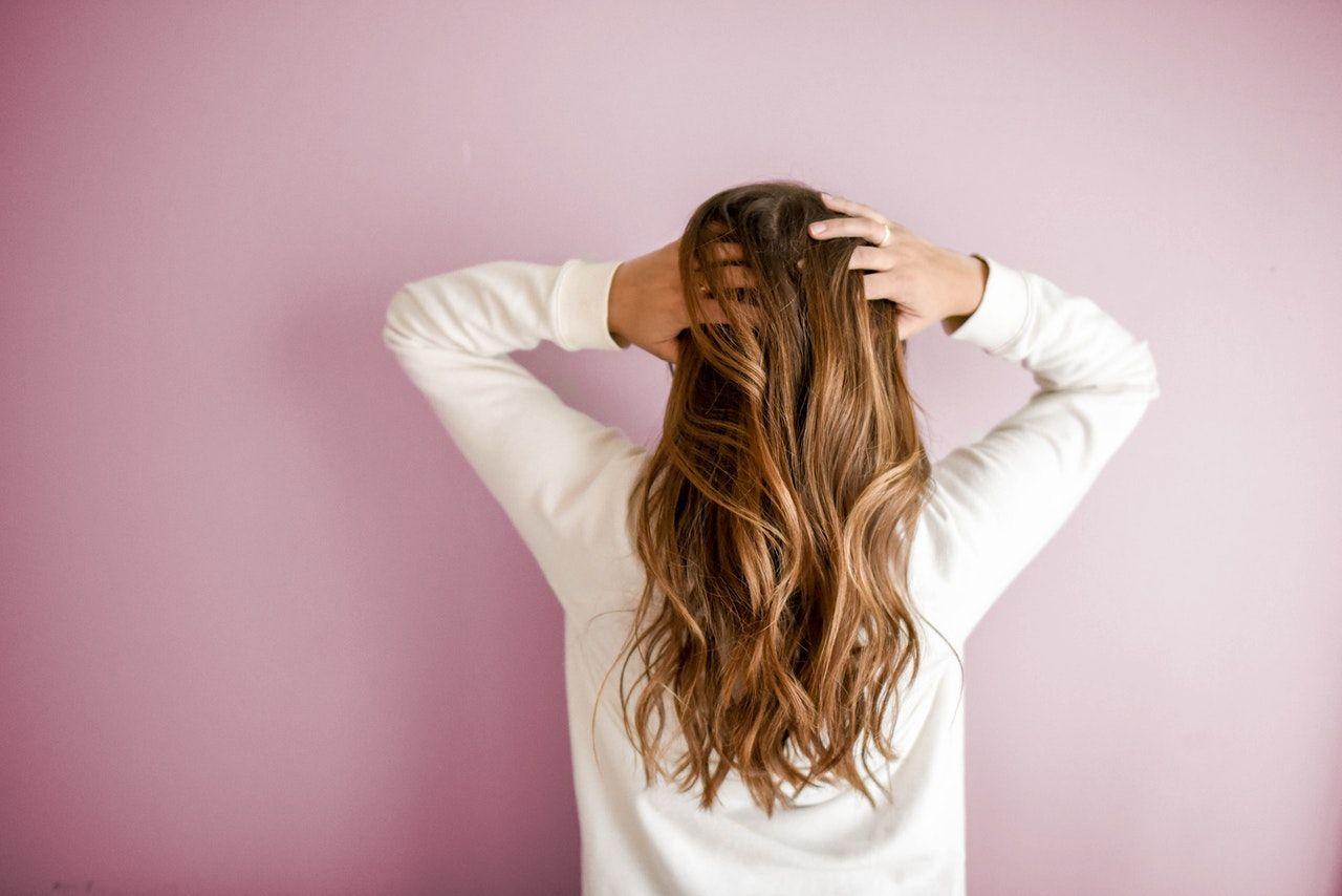 Anti Gagal! Ini 8 Tips dan Cara Potong Rambut Sendiri di Rumah