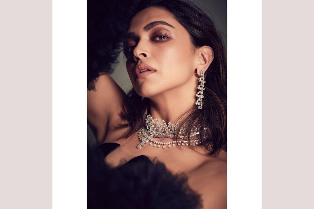 9 Pesona Artis Bollywood yang Paling Memikat