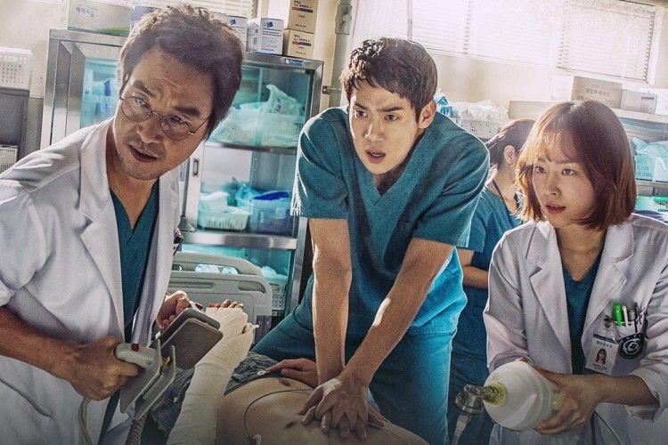 Akrab Banget! 12 Potret Pemain 'Romantic Doctor Kim 2' di Balik Layar