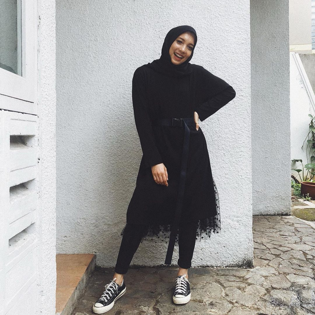 Supaya Nggak Bosan, Ini Cara Mix & Match Hijab Serba Hitam