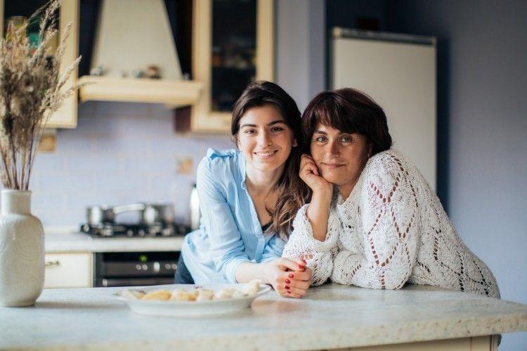 Ibu Pasangan Lebih Menyukai Mantan Pacar Anaknya? Ikuti 5 Tips Ini