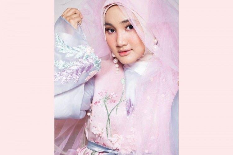 Intip Pesona Fatin Shidqia yang Gemar Gunakan Riasan Berwarna Pink