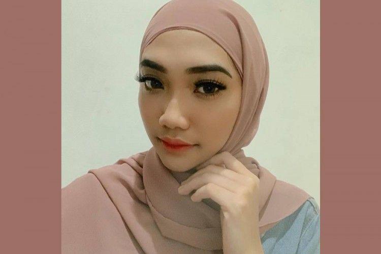 Inspirasi Gaya Hijab Pemula ala Cindy Caroline, Sahabat Awkarin