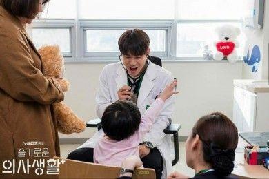 "9 Pesona Yoo Yeon Seok ""Hospital Playlist"" Bikin Perempuan Jatuh Hati"