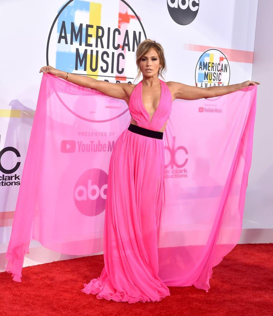 Dress Seksi Jennifer Lopez Dilelang untuk Lawan Corona