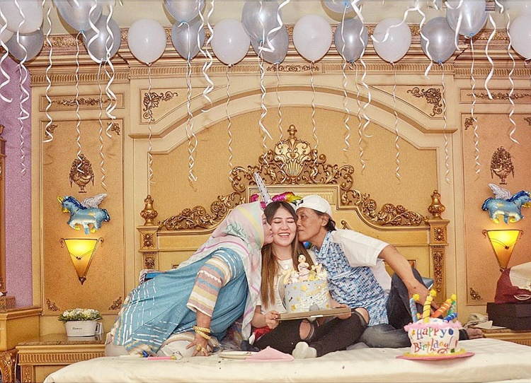 Adiknya Positif Corona, 9 Bukti Via Vallen Sosok yang Cinta Keluarga