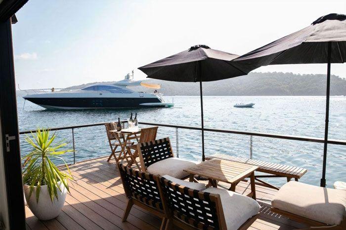 2. Kecintaannya terhadap laut menjadi inspirasi dibangunnya akomodasi cantik ini dengan teras yang mengelilingi rumah tersebut.