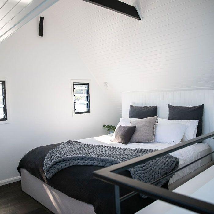 Rumah ini dilengkapi dengan satu kamar tidur di lantai dua dan kamar mandi fungsional yang tak kalah cantiknya.