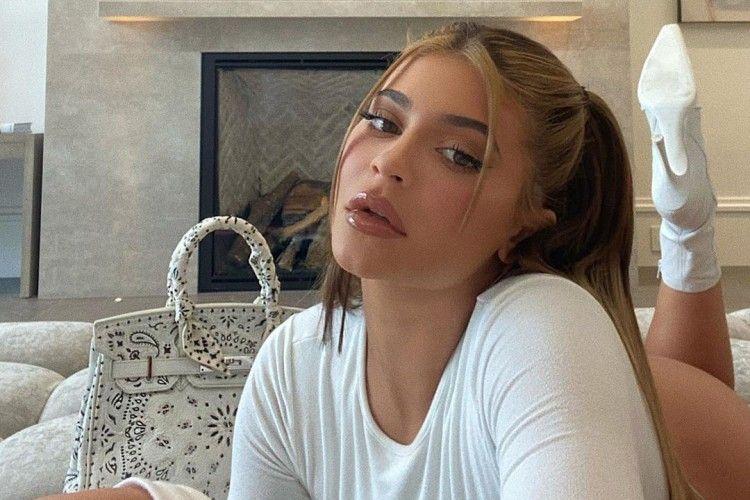 Cuma Zoom Meeting, Kylie Jenner Pakai Baju Seksi, dan Pamer 'Itunya'