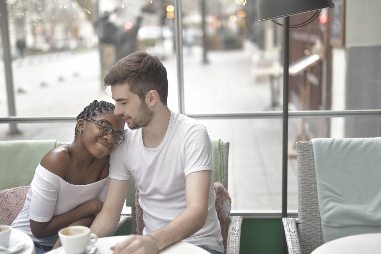 Tinggal di Rumah Orangtua Pasangan? 5 Tips Jaga Komunikasi yang Sehat