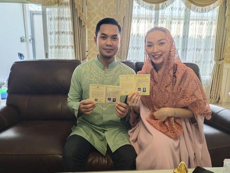 Pamer Buku Nikah, Zaskia Gotik Bahagia Umumkan Hamil!