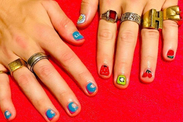 So Cute! Begini 4 Gaya Nail Art a la Harry Styles