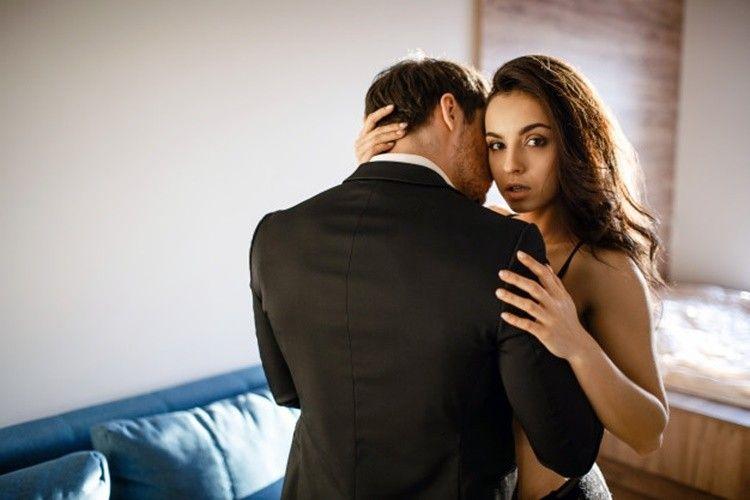 7 Cara Mendominasi Laki-Laki Saat Bercinta,Bikin Seks Makin Berwarna!