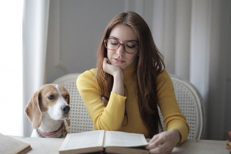 7 Buku Menarik yang Bisa Kamu Baca Saat Santai di Rumah
