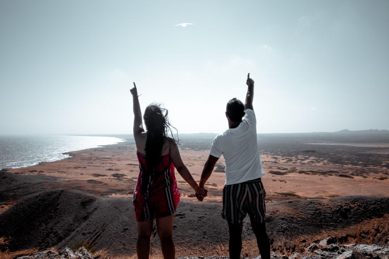 Beda Kepribadian, 6 Pasang Zodiak Ini Justru Cocok dalam Asmara
