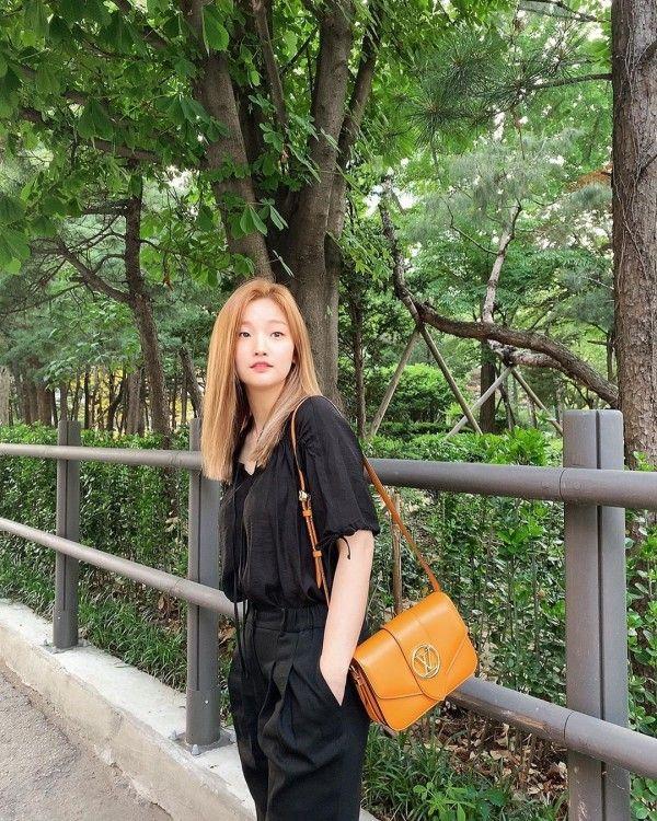 Coba lihat gaya casual Park So Dam yang makin keren dengan mix & match ini!