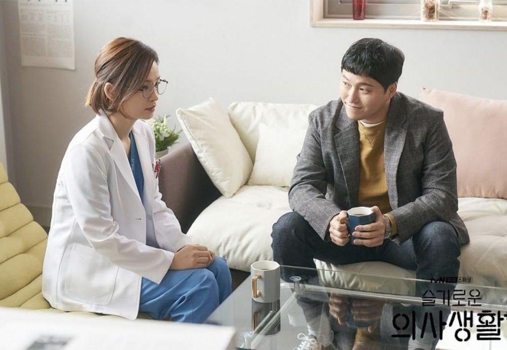 9 Kisah Cinta Pasangan di 'Hospital Playlist' yang Bikin Gregetan