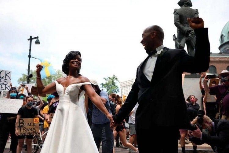 Unik, Pasangan Ini Menikah di Tengah Demo Black Lives Matter