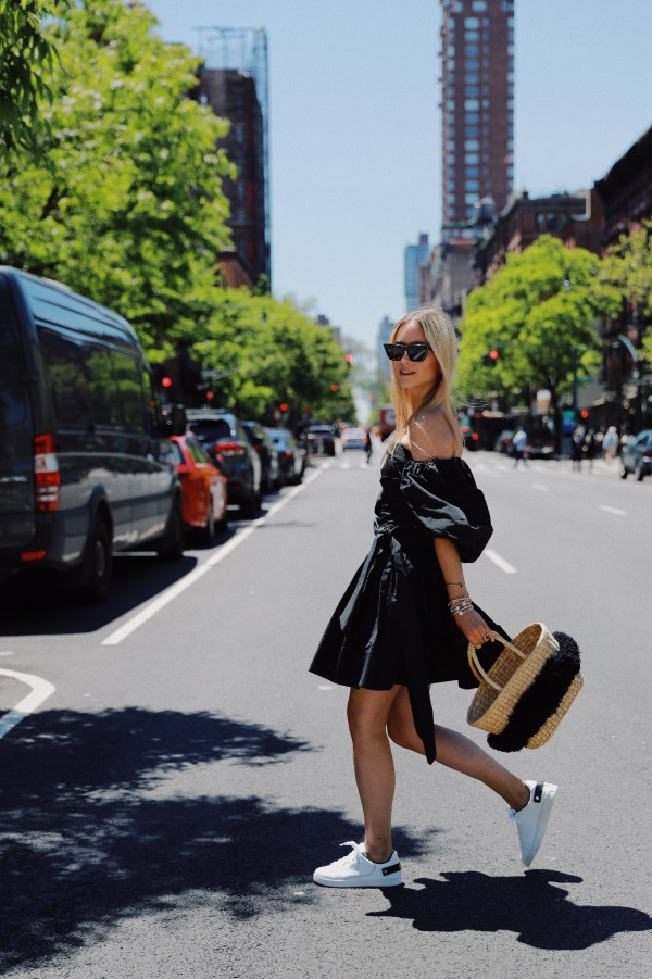 Gaun mini dan sepatu kets memadupadankan tip untuk gaya chic yang keren!