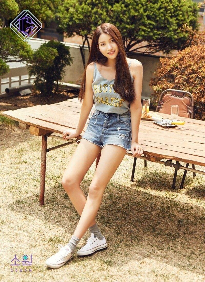 Intip OOTD Sowon, Leader Girlband GFRIEND yang Punya Gaya Seksi