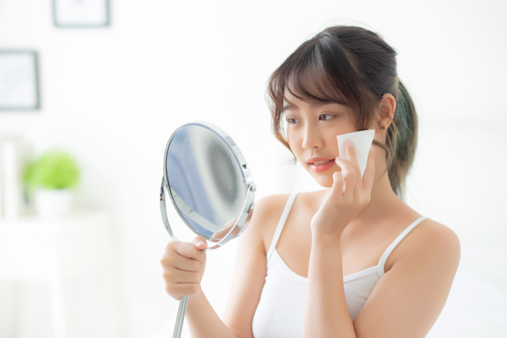 5 Cara Jaga Kebersihan Wajah, Hentikan Kebiasaan Sentuh Wajah Yuk