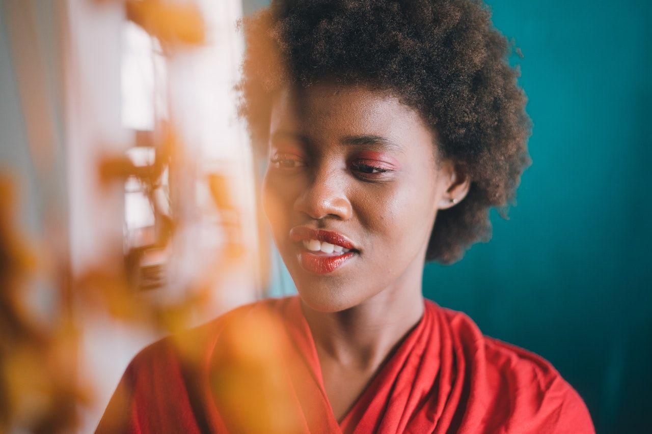 5 Tips Makeup untuk Pemilik Kulit Gelap, Coba Sekarang!