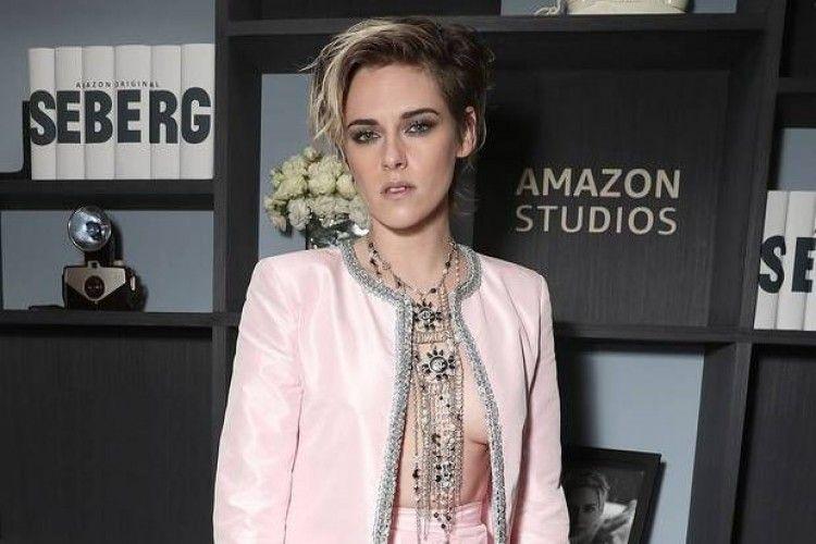 Gemar Pamer Belahan Dada, Ini Gaya Seksi Kristen Stewart di Red Carpet