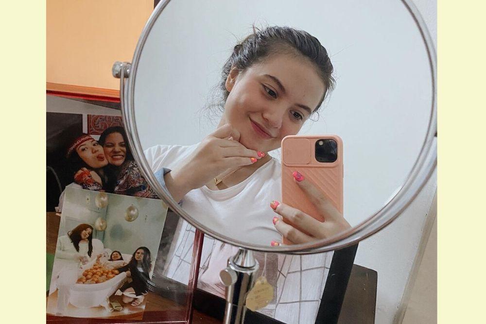 Bikin Salfok, Ini Deretan Gaya Seleb Lakukan Mirror Selfie!