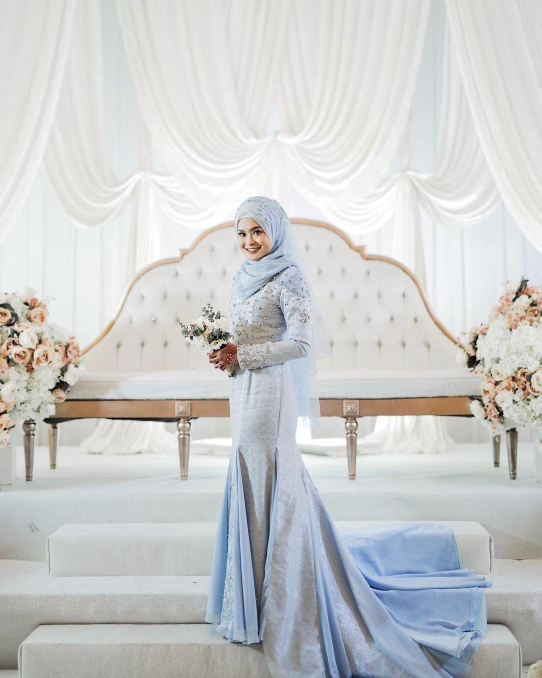 10 Inspirasi Gaun Pengantin Warna Biru yang Nggak Norak