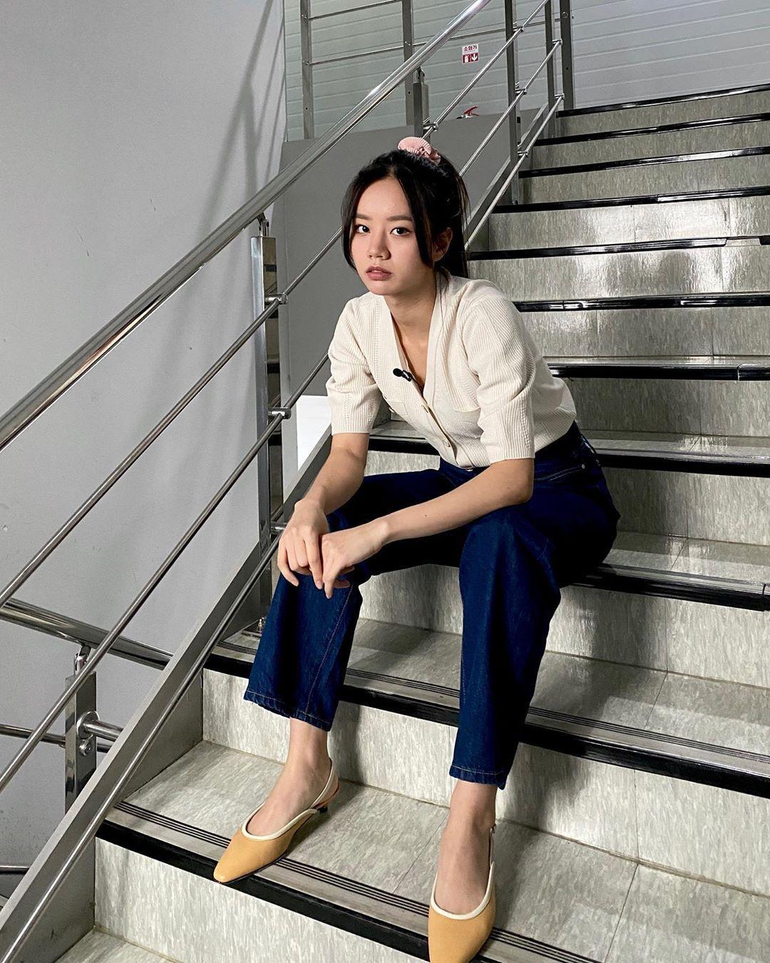 Potret Gaya Keren Lee Hyeri yang Mudah untuk Kamu Tiru!