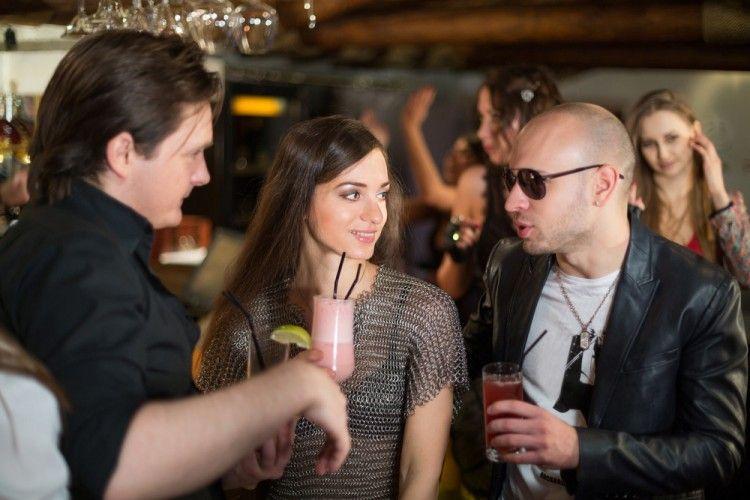 6 Hal yang Harus Dilakukan Kalau Nggak Suka dengan Teman-teman Pacarmu